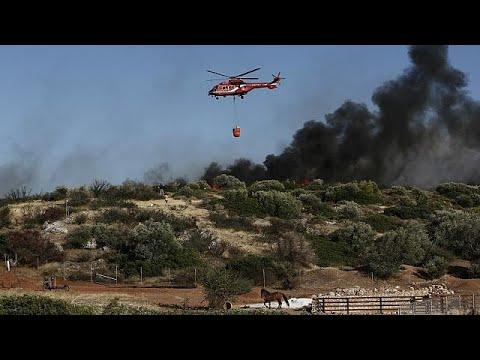 Προσπάθειες για να τεθεί υπό έλεγχο η πυρκαγιά στα Καλύβια