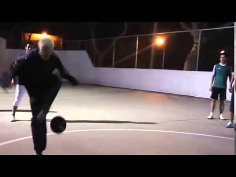 年輕選手與老人挑戰踢足球 最後卻被神打臉~~~