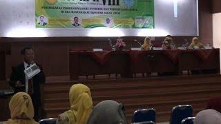 UNS, Semar.tv- Program studi pendidikan kimia jurusan PMIPA FKIP UNS menyelenggarakan Seminar Nasional Kimia dan Pendidikan Kimia VIII yang bertempat di Aula Gedung F FKIP UNS pada Sabtu (14/05/2016).Seminar yang bertajuk yang bertajuk Peningkatan Profesionalisme Pendidik dan Periset Sains Kimia di Era Masyarakat Ekonomi Asean (MEA) ini menghadirkan tiga pembicara diantaranya yaitu Dr. Bambang Cahyono,M.S selaku Ketua Indonesians Chemical Society of Natural Product Jawa Tengah, Dr. Elfi Susianti VH, M.Si selaku Dosen di Pendidikan Kimia FKIP UNS, serta Prof.Dr.Siswandari, M.Stat .Dalam rangka meningkatkan daya saing sebagai basis produksi dalam pasar dunia dan untuk menarik investor asing menanamkan modalnya di ASEAN. Di era ini, peran serta aktif dan sinergis yang serius antara perguruan tinggi dengan berbagai lembaga terkait sangat besar dampaknya dalam menyiapkan sumber daya manusia yang handal dan memiliki kompetensi sesuai kebutuhan dan dinamika masyarakat. Seminar Nasional Kimia dan Pendidikan Kimia VII merupakan salah satu wadah temu ilmiah berkala yang diselenggarakan program studi Pendidikan Kimia FKIP UNS sebagai ajang komunikasi dan sharing idea yang bertujuan untuk turut serta memajukan dan mengembangkan ilmu pengetahuan dan teknologi di bidang kimia dan pendidikan kimia di Indonesia.