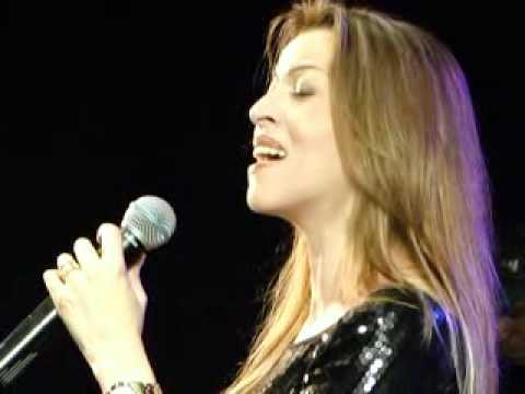 ADRIANA CANTANDO NOVA MANHA EM MONTES CLAROS SET 2011_xvid.avi