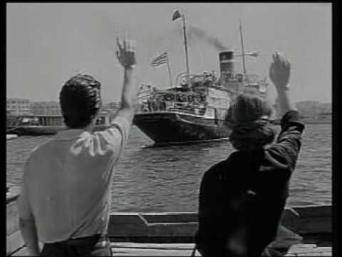 Video - Πειραιάς - Σύρος σε επτά ώρες και αποβίβαση με βάρκες. Οι επιβάτες της τρίτης θέσης κουβαλούσαν καλάθια με σφαγμένα πουλερικά και κατσίκια για τους συγγενείς. Αξέχαστες εικόνες από τα θρυλικά πλοία της ακτοπλοίας του '50