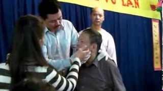 Lương y Võ Hoàng Yên chữa bệnh tại chùa Đại Bi Tâm 2 GNOSJO - Thụy Điển 14/9/2013