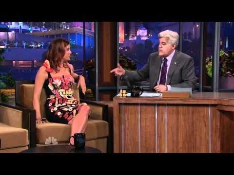 「女優のケイト・ウォルシュが生魚を使った『寿司・刺身ドレス』でトーク番組に登場」のイメージ