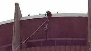 Човекът Паяк с уникално спускане и качване по въже!!!