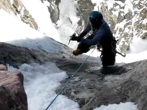 Mountain climber saved at last second from near-fatal fall - Nerve-racking rescue caught on video (видео)