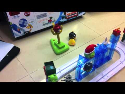 แองกี้เบิร์ด - จากเกมส์ Angry Birds บนมือถือ http://www.gadgetmashow.com กลายเป็นของเล่นจริงที่จับต้องได้ ขนาดใหญ่พร้อมรางรถไฟ...
