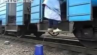 Jak wsiąść do pociągu gdy nie ma normalnego peronu,a nawet podestu?
