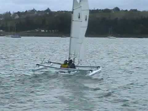 kayak trimaran:  video de la mise en oeuvre d'un kayak trimaran
