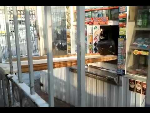 video que muestra como un ruso ha blindado su tienda de caramelos para que no le roben más