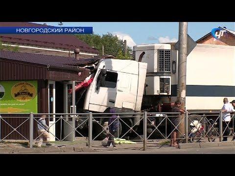 В деревне Григорово большегруз вылетел с дороги и врезался в стеклянную стену магазина