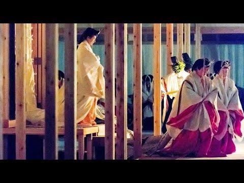 Geheimnisvolles Ritual: Japans Kaiser dankt der Sonne ...
