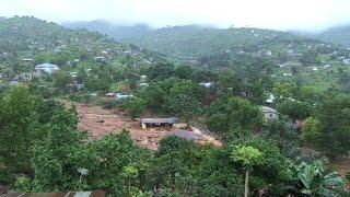 Les habitants de Sierra Leone pleurent leurs morts, dont plus de 100 enfants, emportés par les coulées de boue et les...