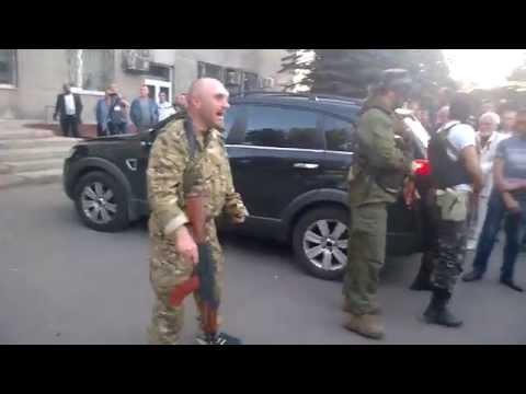 Після кульового поранення сепаратиста натовп його соратників став ще агресивніше ображати солдатів
