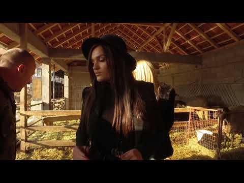 Zvezda na zadatku – Tamara Milutinović potkiva konja, muze kravu i hrani ovce na selu