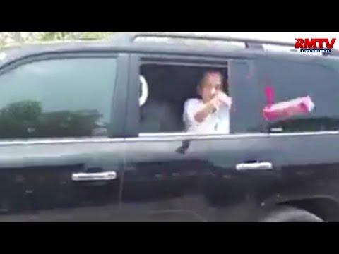 Bagikan Hadiah Ke Warga, Jokowi Lempar Langsung Dari Dalam Mobil