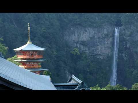 casio ex fc100 - 西国1番札所の青岸渡寺から見た、那智の滝。 手前に3重の塔が見える。