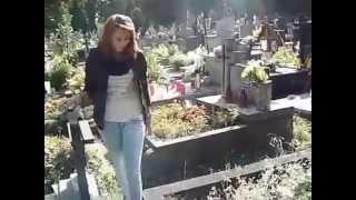 Głupia laska, pluje na groby żołnierzy, UDOSTĘPNIJ, niech każdy ją zobaczy!