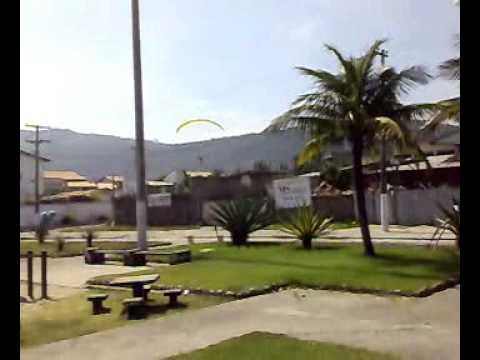 Pouso parapente no quintal de uma casa em Piratininga