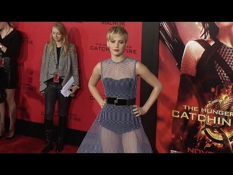"جينفر لورانس بفستان شفاف في افتتاح فيلمها ""Hunger Games"""