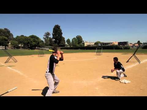 這位棒球員在球場架四座反彈球網時沒人知道會發生什麼事…擊中一球後大家都睜大眼睛看到不敢眨眼!