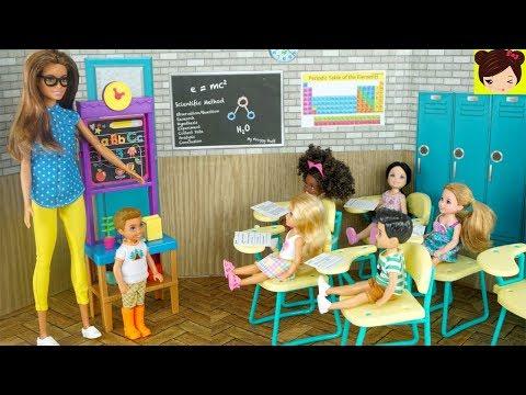 Barbie Chelsea Ayuda al Nuevo Niño en La Clase - Historias con Muñecas - Juguetes de Titi