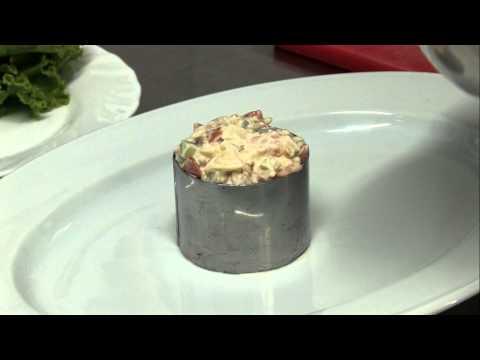 Салат с малосольной семгой и овощами