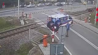 Karetka utknęła na przejeździe kolejowym. PKP publikuje nagranie!