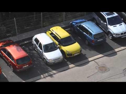 VIDEO: Česká blondýnka se díky svému parkování stala hitem internetu
