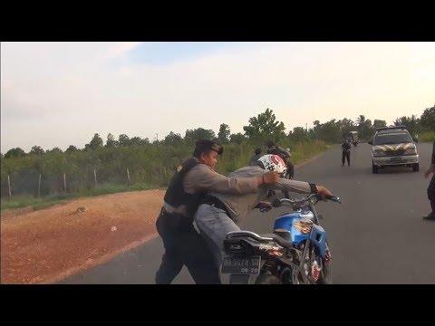 Download Video Aksi Kejar-kejaran Pengendara Balap Liar Yang Memberontak - 86