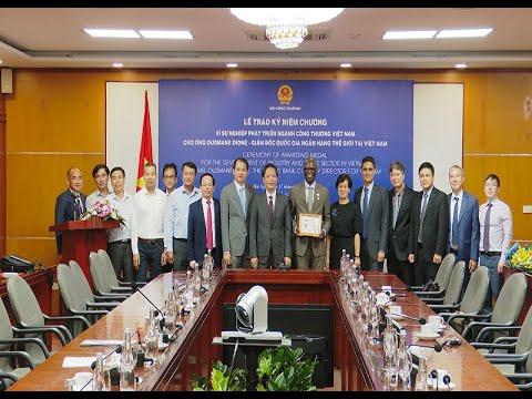Bộ trưởng Bộ Công Thương trao Kỷ niệm chương cho Giám đốc Quốc gia Ngân hàng Thế giới tại Việt Nam
