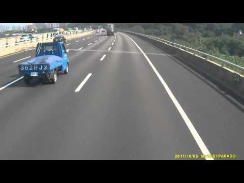 神反應! BMW瞬閃國道打轉小貨車