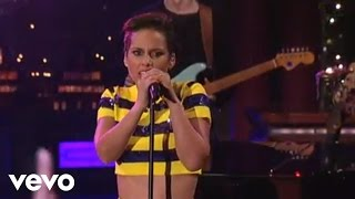 Alicia Keys - Girl On Fire (On David Letterman) (Live) lyrics (Portuguese translation). | She's just a girl, and she's on fire, Hotter than a fantasy, lonely like a highway, She's living...