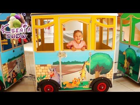 Видео для детей. Ксюша катается на воздушном паровозике. Детский развлекательный центр ЛеоПарк (видео)