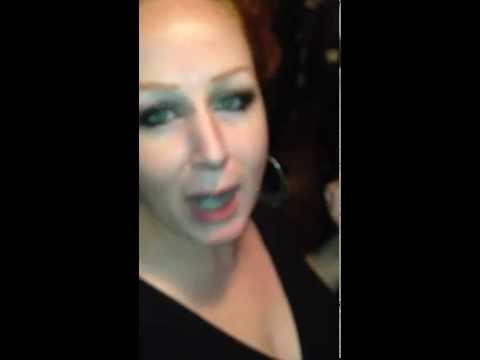 她在酒吧上廁所覺得馬桶對面的鏡子很奇怪,打開後被嚇到馬上把照片PO上網!