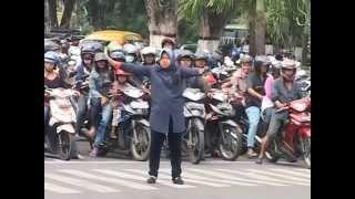 Video Tri Rismaharini atur lalu lintas MP3, 3GP, MP4, WEBM, AVI, FLV Oktober 2018