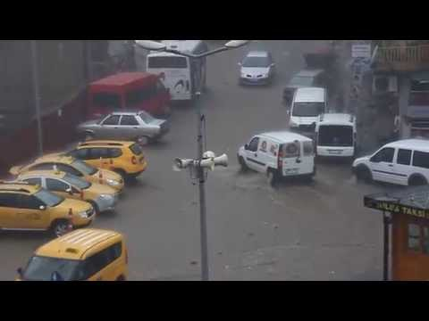 Pazar'da şiddetli yağış yolları nehre çevirdi