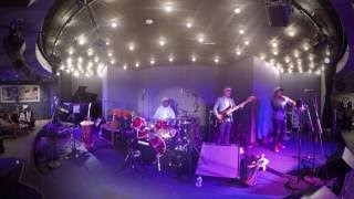 Concert Tony Allen en réalité virtuelle. Si vous voulez expérimenter un son spatialisé, branchez vot