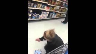 Przepraszam którędy do kasy? Najeb*na baba czołga się po supermarkecie!