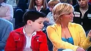 Niño mirando el escote a la presentadora