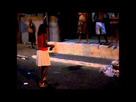 Bebada ''Baiana'' fazendo xixi na praça do Jardim Tropical (Carnaval 2012)