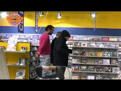 agente della candid camera nella veste di ladro in un negozio mediaworld