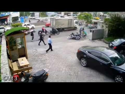 Xế sang tông liên hoàn 5 xe máy, 1 người bị cuốn gầm xe nguy kịch
