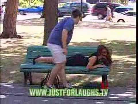 路邊美眉請你幫她拉拉鍊,你敢拉嗎?竟然還有男人嘴巴都用上了…