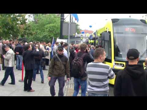 Tramwaje wyprodukowała bydgoska PESA. Do Torunia trafili dwanaście tramwajów - sześć trójczłonowych i sześć pięcioczłonowych.