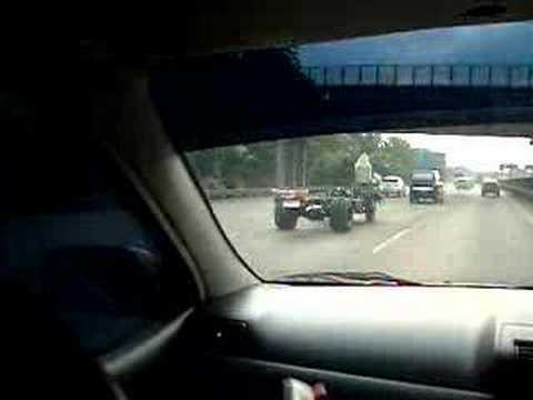 「えっ、マジ?!外装を全て外した状態で高速道路を走るクレイジートラック」のイメージ