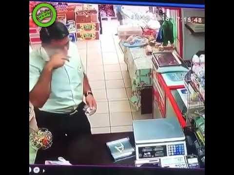 Szybkie rączki oszusta w sklepie. Tak się robi kasjerów w konia