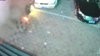 Dzieciak wysadza chodnik podczas zabawy fajerwerkami
