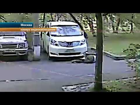 Камеры наблюдения зафиксировали нападение скинхедов с ножом на мигранта в Москве