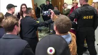 Приставы выводят людей из здания суда