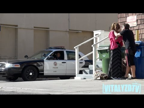 在警察面前粗暴對待女性會怎麼樣?這個惡作劇給你答案。